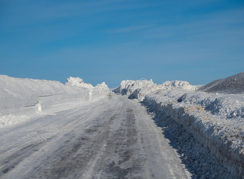 Zimy droga robi swój sposobowi w Altai przez śniegów dryfów bardziej niż dwa metrom wysocy, Rosja obraz royalty free