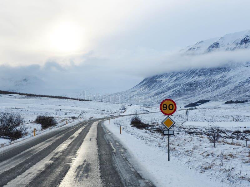 Zimy droga z górą na stronie droga zakrywająca z s obraz royalty free