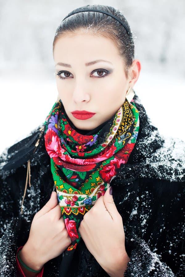 Zimy dziewczyna w czarnym futerkowym żakiecie z luksusowymi mod akcesoriami zdjęcie stock