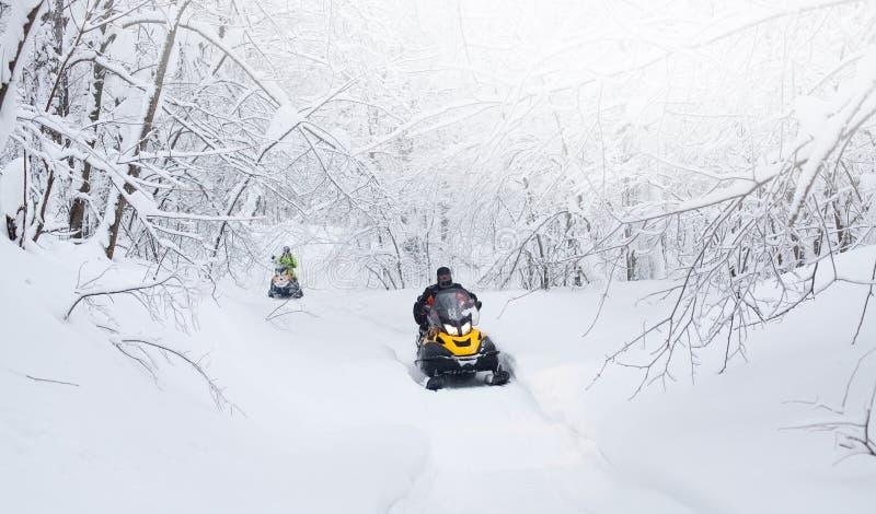 Zimy Fiński śnieżny lanscape z drogą i snowmobile fotografia royalty free