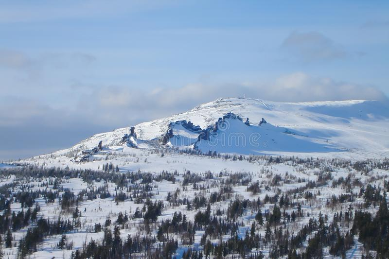 Zimy góry krajobraz z borealnym lasem i trzy ostrze wychodu skałami zdjęcia stock