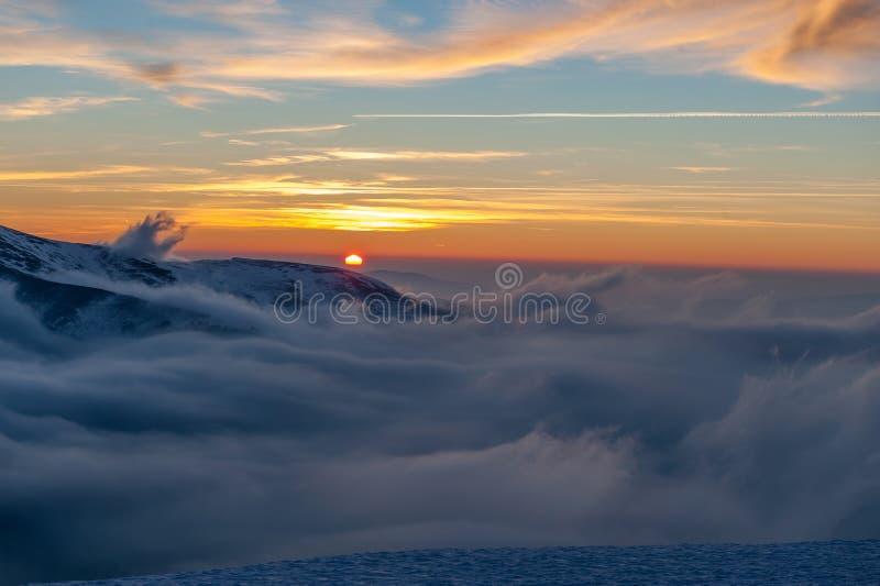 Zimy góry krajobraz z mgłą obraz stock