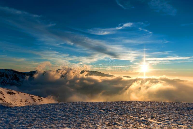 Zimy góry krajobraz z mgłą obraz royalty free