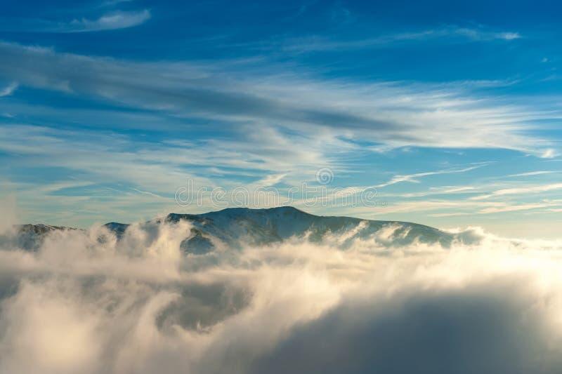 Zimy góry krajobraz z mgłą obrazy stock