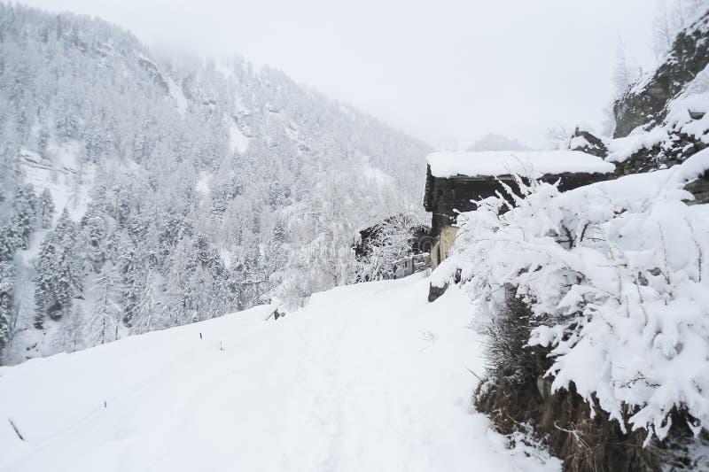 Zimy góry krajobraz z starymi tradycyjnymi wysokogórskimi domami obraz stock
