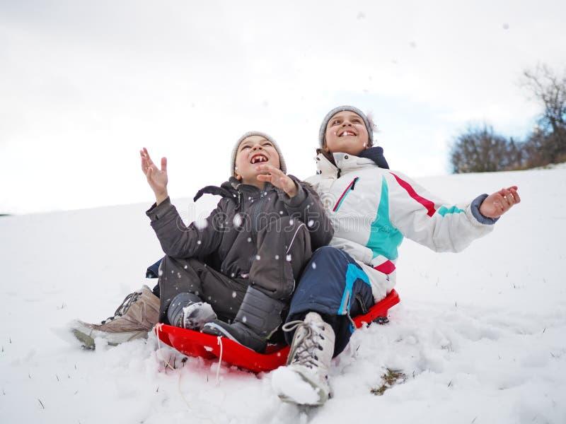 Zimy gra na świeżo snowed śniegu obrazy royalty free