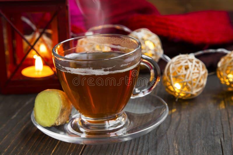 Zimy imbirowa herbaciana filiżanka z świeczek światłami i lampionem zdjęcia royalty free