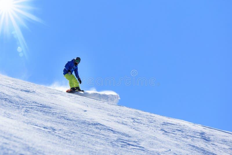 Zimy jazda na snowboardzie aktywność na słonecznym dniu w Alps zdjęcia royalty free