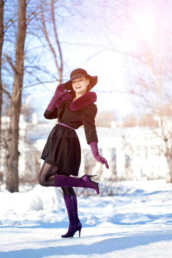 Zimy kobieta na tle zima krajobraz, słońce Mody gira obrazy royalty free