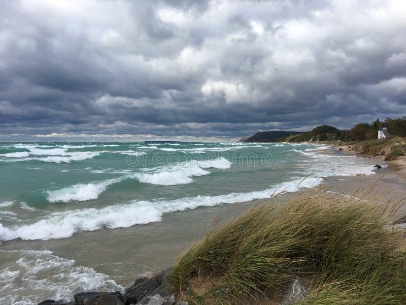 Zimy latarnia morska na jezioro michigan w imperium i plaża, MI; Sypialny Niedźwiadkowy diuna obywatel Lakeshore obraz stock