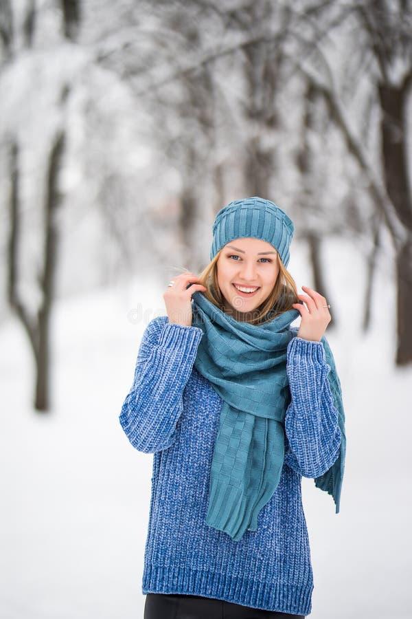 Zimy młodej kobiety portret Piękno Radosna Wzorcowa dziewczyna śmia się, mieć zabawę w zima parku Piękna młoda kobieta śmia się o fotografia stock