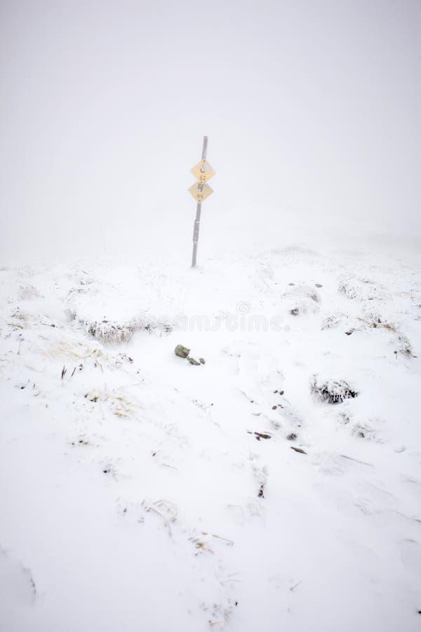 Zimy mgła w Sistani górach Mala Fatra obrazy stock