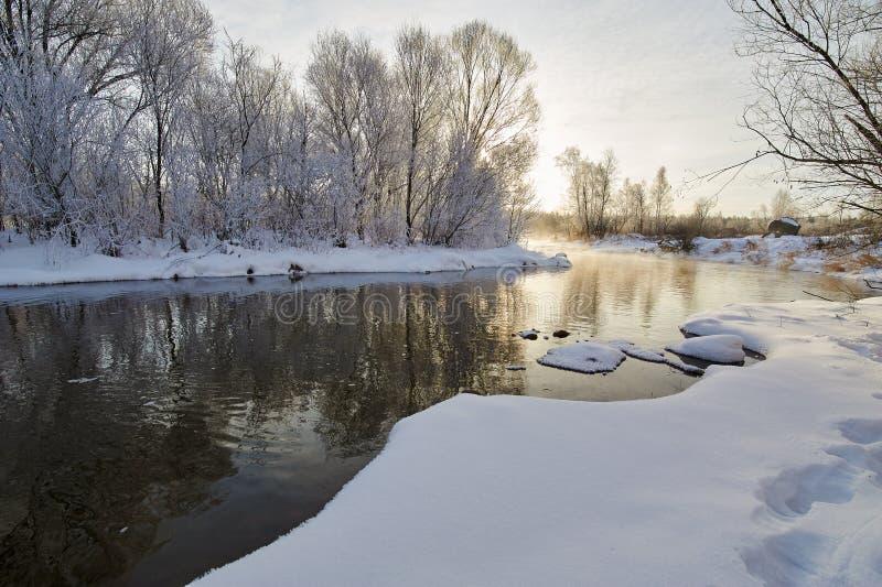 Zimy miękka część i rzeka oszraniamy sceneria fotografia royalty free