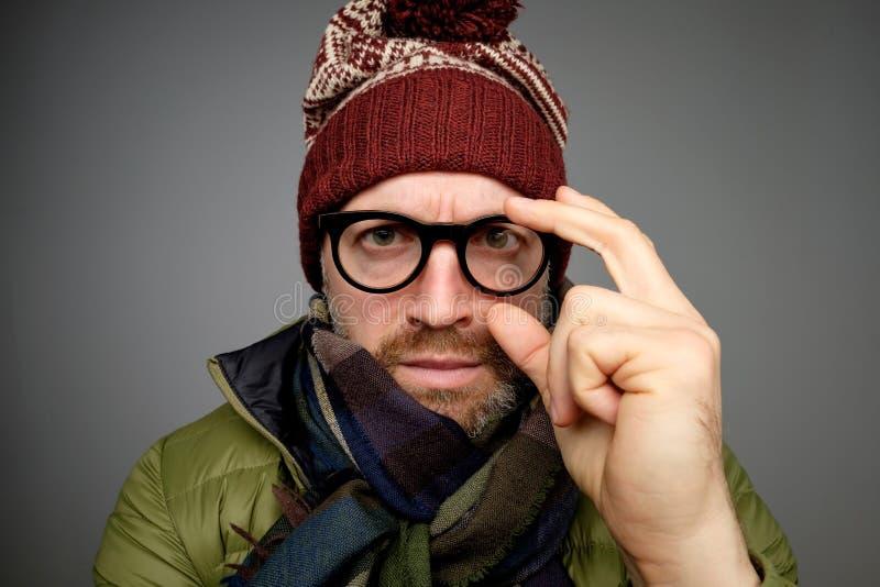 Zimy moda Atrakcyjny mężczyzna jest ubranym kapelusz i szalika z brodą Poważny elegancki brodaty mężczyzna zdjęcia stock