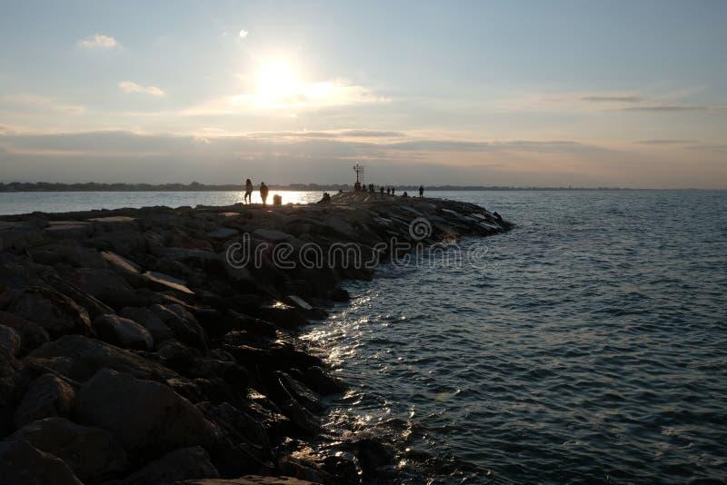 Zimy molo przy zmierzchem w Rimini, Włochy Opróżnia podczas przyprawiającego daleko obrazy stock
