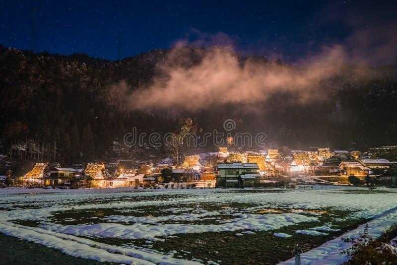 Zimy noc w Kayabuki żadny Sato w Miyama fotografia stock
