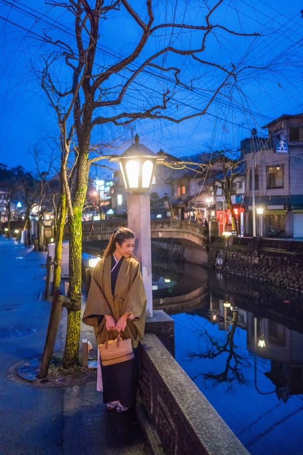 Zimy noc w Onsen miasteczku Kinosaki fotografia stock