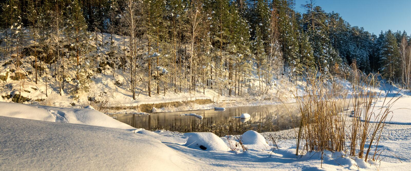 Zimy panorama zamarznięty jezioro w śnieżnym lesie z mgłą nad wodą, Rosja, zdjęcie royalty free