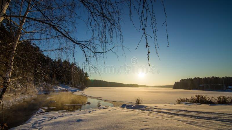 Zimy panorama zamarznięty jezioro w śnieżnym lesie z mgłą nad wodą, Rosja, obrazy stock