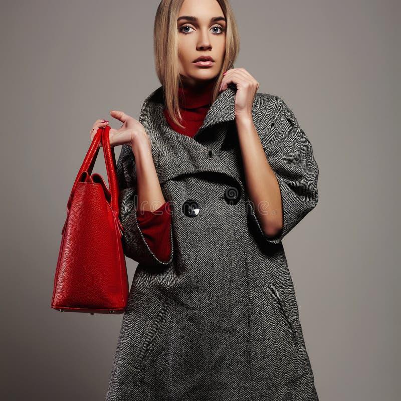 Zimy piękna kobieta z torebką Piękno mody dziewczyna w topcoat zdjęcie stock
