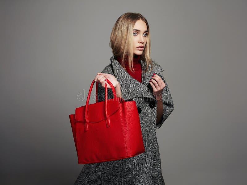 Zimy piękna kobieta z torebką Piękno mody dziewczyna w topcoat zdjęcia royalty free