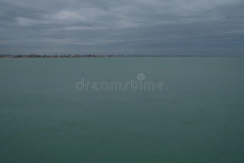 Zimy piaskowata plaża w Rimini, Włochy Opróżnia podczas przyprawiającego daleko obraz royalty free