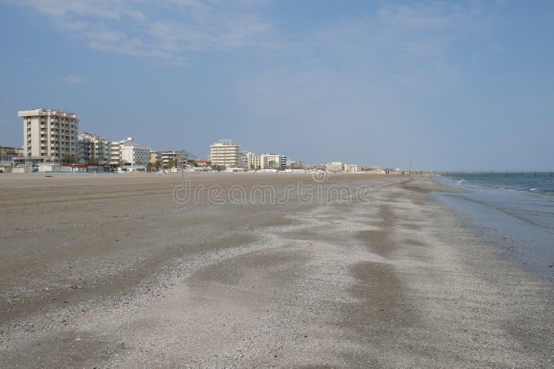 Zimy piaskowata plaża w Rimini, Włochy Opróżnia podczas przyprawiającego daleko zdjęcia stock