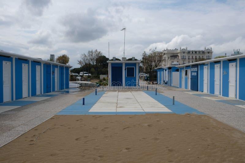 Zimy piaskowata plaża w Rimini, Włochy Opróżnia podczas przyprawiającego daleko fotografia stock