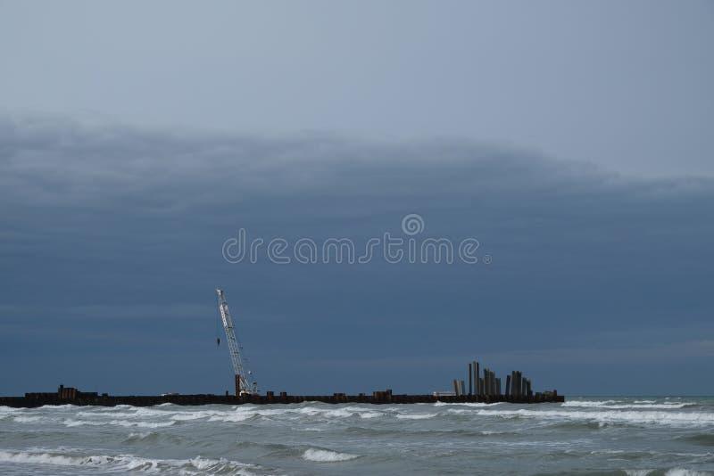 Zimy piaskowata plaża w Rimini, Włochy Opróżnia podczas przyprawiającego daleko obrazy royalty free