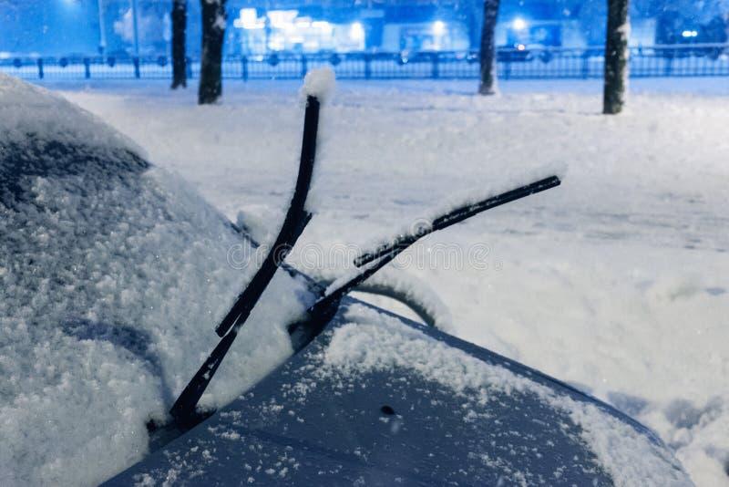 Zimy pogoda, pojazdu pojęcie Samochodowy okno z wiper Blokujący śniegiem, uliczny paraliż ruch drogowy, miecielica fotografia stock