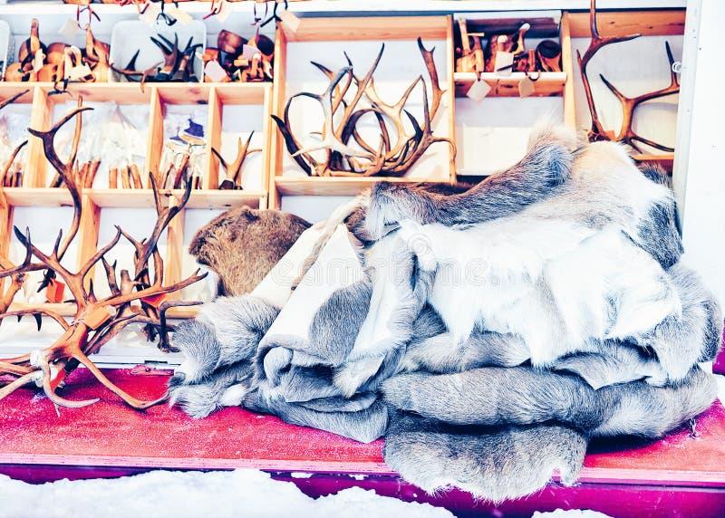 Zimy Saami pamiątki taki reniferowi rogi na Fińskich bożych narodzeniach i futerko Wprowadzać na rynek w Finlandia w Lapland  obrazy stock