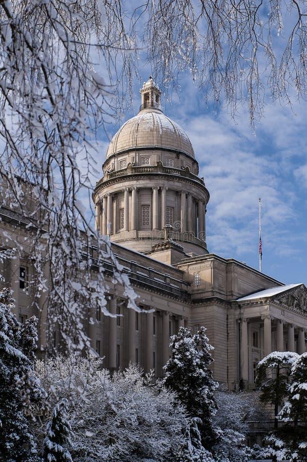 Zimy scena Frankfort, Kentucky - Kentucky stanu Capitol budynek - zdjęcie royalty free