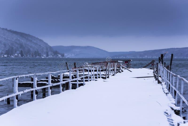 Zimy scena przy Keuka jeziorem Hammondsport, Nowy Jork - Zaniechany molo - fotografia stock