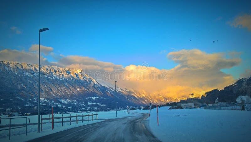 Zimy Switzerland drogowego nieba hd tapetowy krajobraz piękny obrazy royalty free
