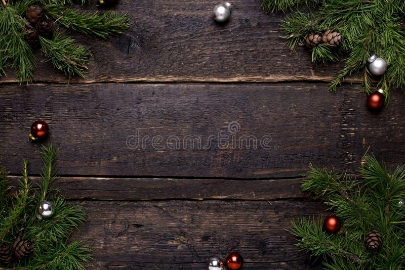 Zimy tło z drewnianym stołem, dekoracjami i choinką, obraz stock