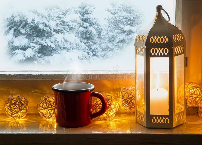 Zimy windowsill wystrój z lampionu, gorącej czekolady i herbaty cu obraz stock