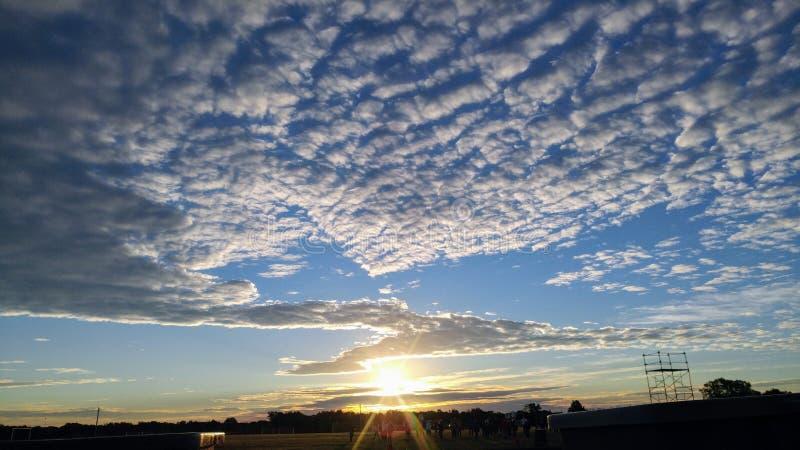 Zimy wschód słońca, złoty słońce pod ocean falami zdjęcia royalty free