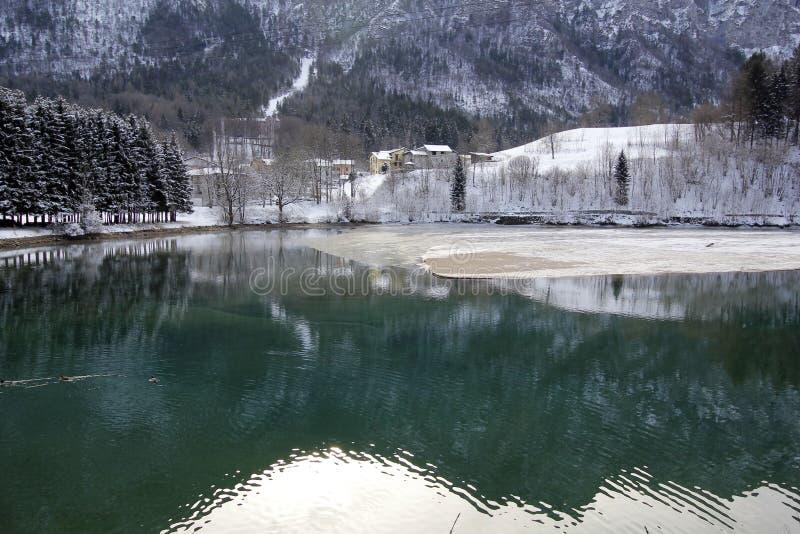 Zimy wysokogórski jezioro zdjęcia royalty free
