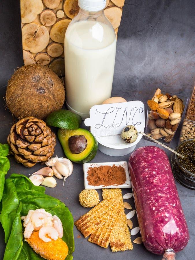 Zinco, ingredientes ou produtos da inscrição contendo o zinco e a fibra dietética na placa cinzenta, fontes naturais de minerais, fotos de stock
