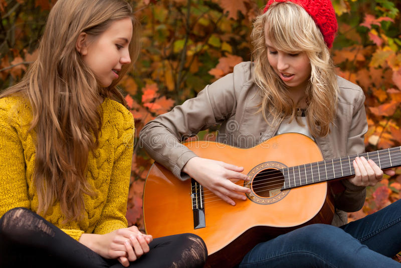 Zing een lied met de gitaar royalty-vrije stock afbeelding