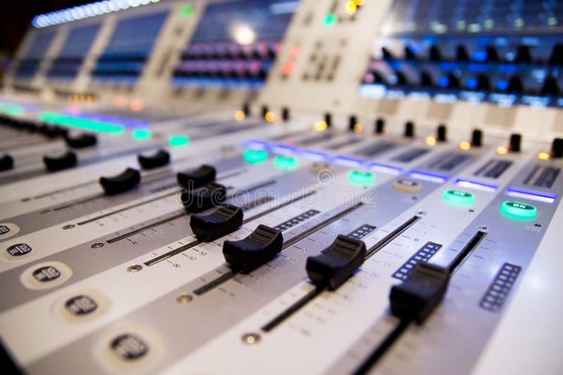 Zing een lied met mixer stock afbeeldingen