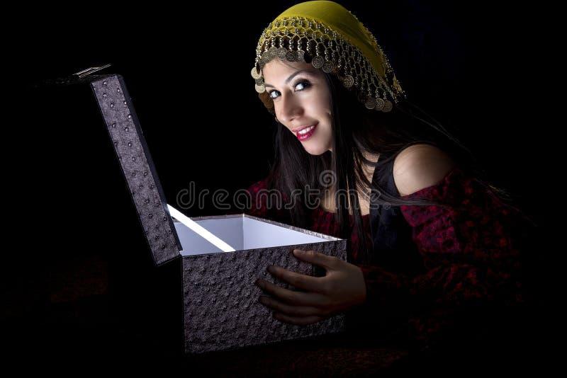 Zingaro con il forziere fotografia stock libera da diritti