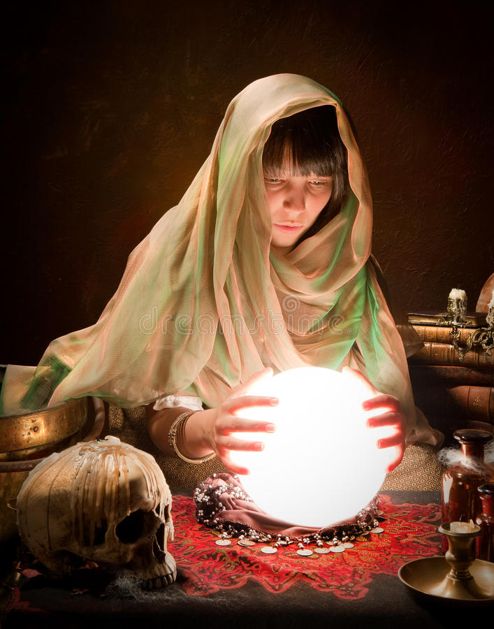 Zingaro di astrologia con la sfera di cristallo fotografie stock libere da diritti