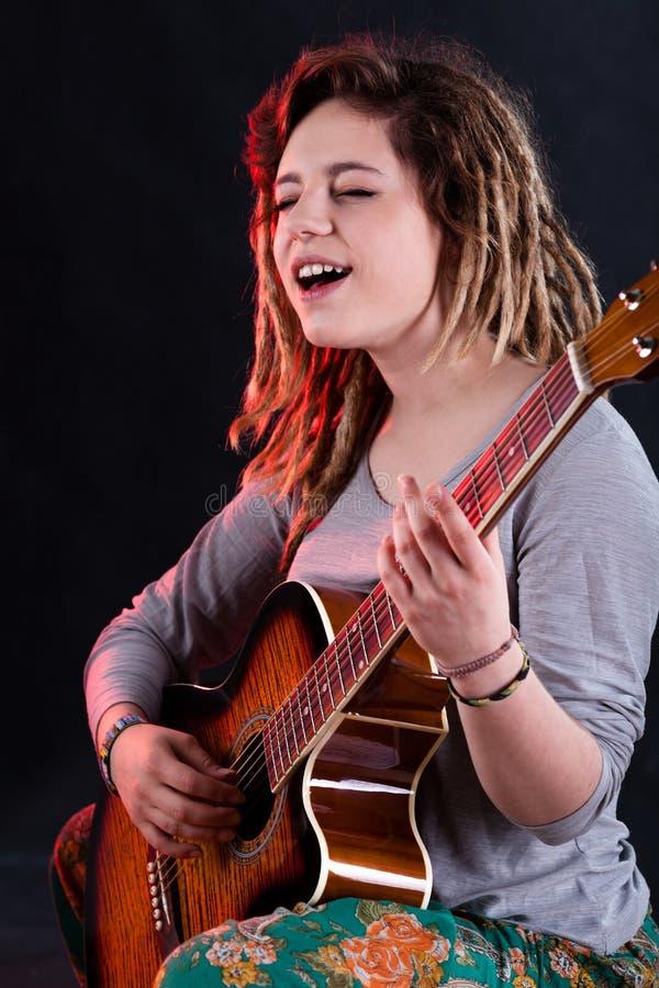Zingend meisje met gitaar stock foto's