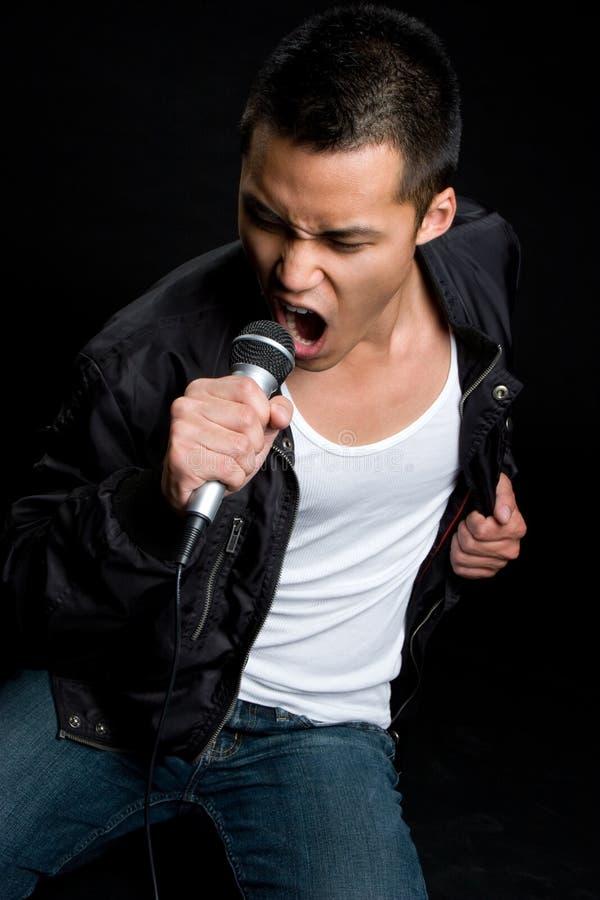 Zingende Aziatische Mens stock foto's