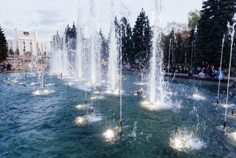 Zingende fontein in Chelyabinsk stock foto