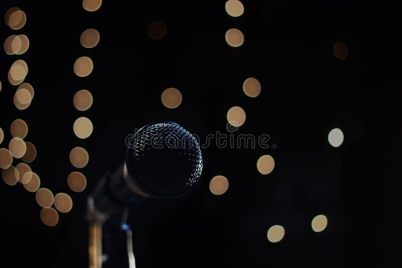 Zingende mic op een zwarte achtergrond met ruimte voor tekst royalty-vrije stock afbeeldingen