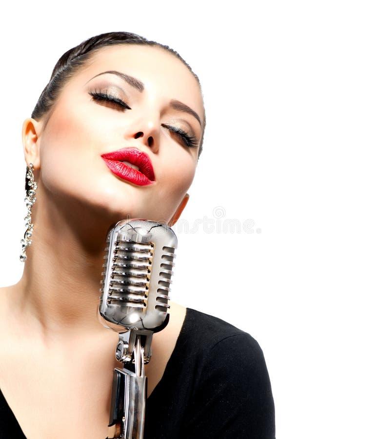 Zingende Vrouw met Retro Microfoon royalty-vrije stock afbeeldingen
