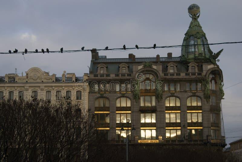 Zinger företagshistorisk byggnad på den Nevsky utsikten i St Petersburg, Ryssland fotografering för bildbyråer