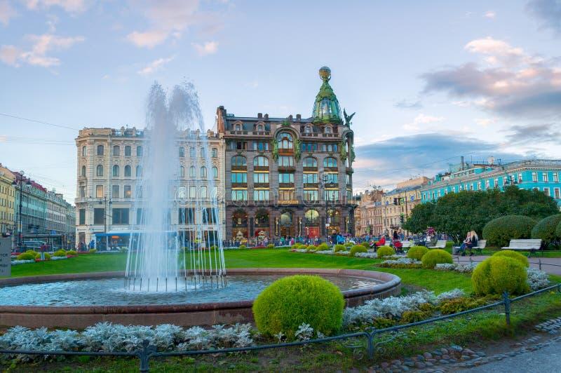 Zinger-Haus auf Nevsky-Aussicht in der historischen Mitte der Stadt und des Brunnens auf dem Vordergrund, St Petersburg, Russland lizenzfreie stockfotos